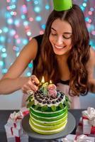 meisje met gelukkige verjaardagstaart foto