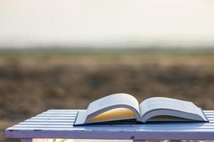 boek op het strand foto