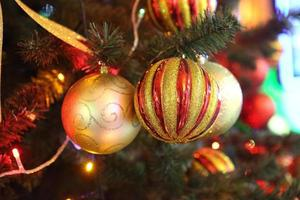 versierde prachtige kerstboom foto