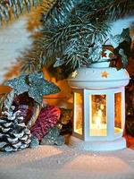 kerst lantaarn in de nacht op sneeuw