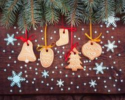 handgemaakte kerstkoekjes ligt op houten achtergrond. foto