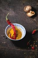 kurkuma poeder en roodgloeiende chilipeper