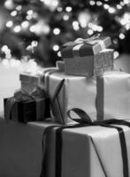zwart-wit foto van kerst geschenkdozen op de vloer liggen