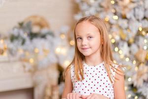 mooi meisje. kerstportret in de studio foto