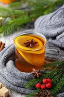 kerstthee met sinaasappel en kruiden foto