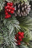 traditionele kerst dennenappel en bessen foto