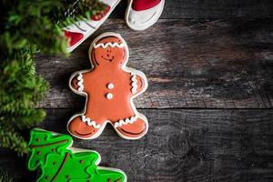 kerstkoekjes op rustieke houten achtergrond