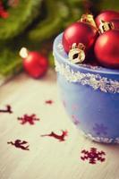 kerstballen in blauwe kom