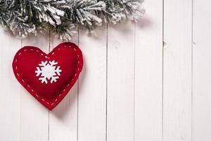 kerstversiering in de vorm van een hart met dennentakken
