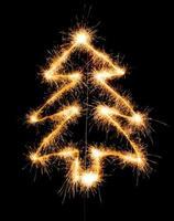 kerstboom gemaakt door sparkler op een zwarte foto