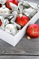 kerstballen in een doos foto