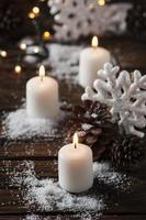 kerstkaart met sneeuw en ballen foto