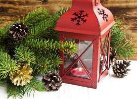 kerstlantaarn met dennentakken en decoraties foto