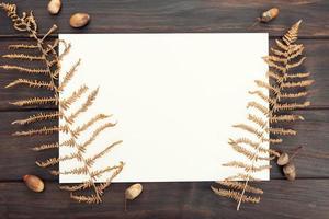 blanco papier op houten tafel foto