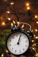 kerstboom, verlichting en klok over de houten muur