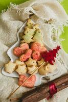 kerstkoekjes met feestelijke decoratie foto