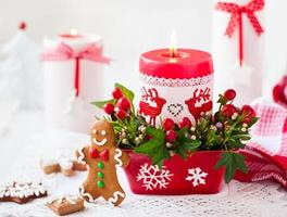 kersttafel versierd met kaars