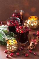 glas glühwein met cranberry en kruiden, winterdrankje