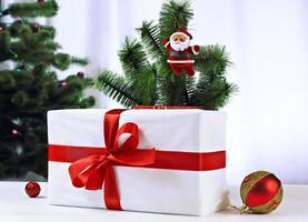 santa pop opknoping op de kerstboom foto