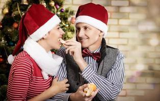 jong stel in kerstmuts.