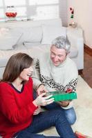 paar lachen in eerste kerstdag