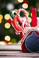 zuurstokken in een mand op Kerstmis achtergrond