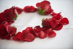 bruiloft middenstuk - rozen en bloemblaadjes