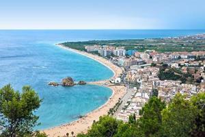 blanes strand en sa palomera rock, catalonië, spanje foto