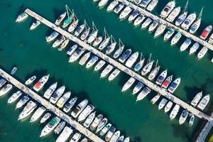 luchtfoto van de kustlijn van Kroatië Rab eiland