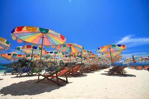 phuket strand met kleurenparaplu foto