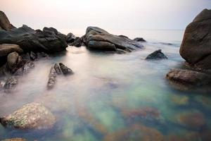 zee stenen bij zonsondergang in hong kong foto