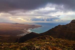 uitzicht vanaf de top naar zee lanzarote, spanje foto