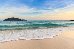 prachtig strand en kristalheldere zee op tropisch eiland, foto