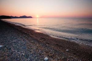 rustige scène van de zonsopgang aan de Zwarte Zee foto