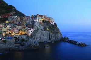 avond in een dorp aan zee. manarola, Italië.