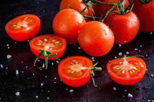 verse biologische cherrytomaatjes met druppels en zeezout