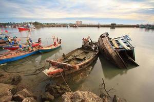 de zeevissersboot zonk in de provincie Petchaburi, Thailand