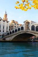 Rialtobrug, Venetië, Italië foto