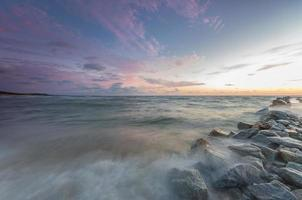 Oostzeekust bij zonsondergang in rowy, nabij ustka, polen