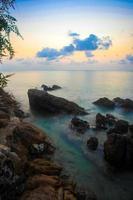 rotsen, zee, zonsondergang op het tropische strand in Koh Phangan