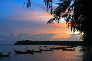 vissersboten aan de kust.
