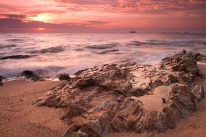ochtend uitzicht op zee met rock in samaesarn, sattahib, chonburi, thailand