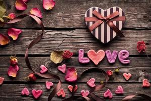 woord liefde op houten platen. foto