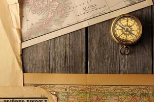 antiek kompas over oude kaart foto