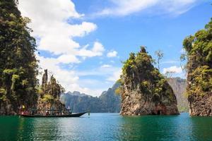 rotsen in het nationale park van khao sok foto