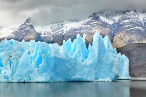 blauwe ijsbergen bij grijze gletsjer in torres del paine