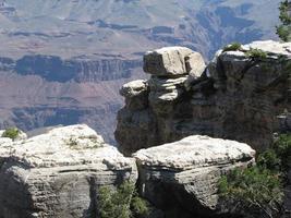 witte rotsen aan de rand van de canyon