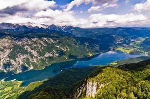 het Bohinjmeer en de omliggende bergen van de zuidelijke Alpen