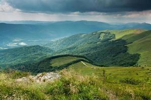 stormachtige wolken boven bieszczady bergen, polen uitzicht op tarnica trail foto