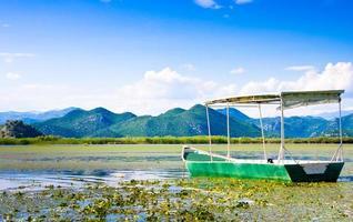 boot in het nationale park van het skadarmeer, montenegro